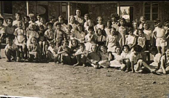 ילדי עולים בבית ספר מחנה ישראל 1951